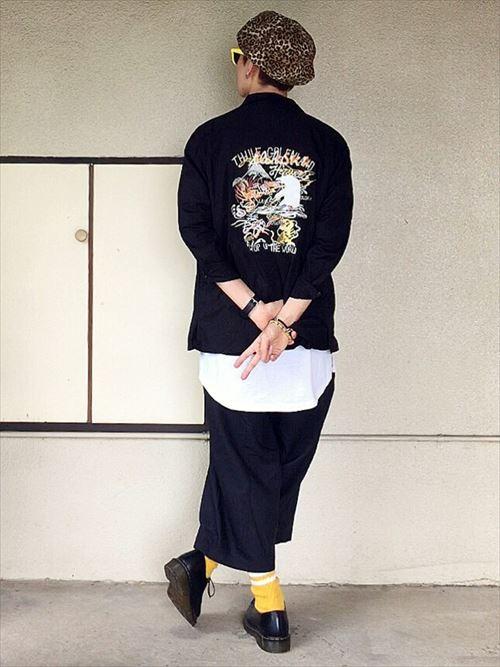 流行のロング丈Tシャツ・タンクトップを着こなしたメンズコーディネートバックスタイル画像