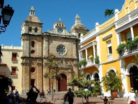 esta es la hermosa plaza de san pedro (un poco idolatra por la catedral que tiene pero es hermosa)