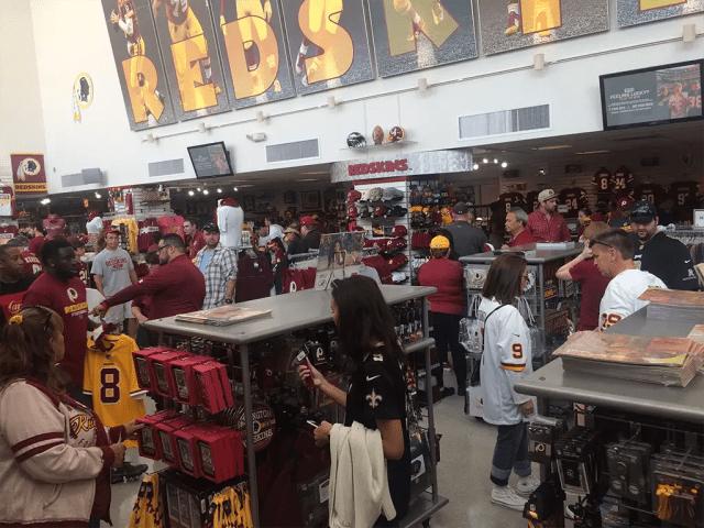 Nesta imagem temos uma visão geral da Hall of Fame Store, no FedEx Field