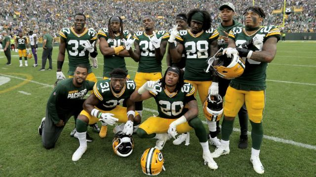 Defesa do Green Bay Packers comemorando