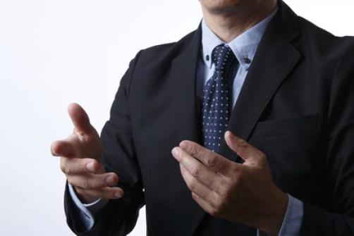 説明するビジネスマン