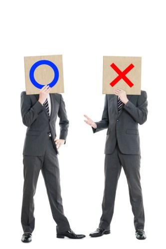 マルとバツで対立するビジネスマン
