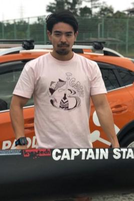 応援Tシャツを着る當銘選手