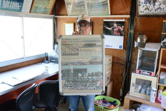 チーム出身ではじめてのプロ選手となった知野直人内野手、漆原大晟投手も写っている大会記念写真
