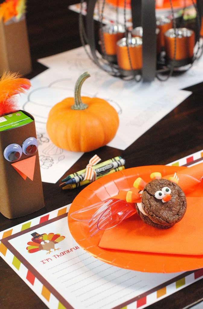 Thanksgiving Kids' Table Setting Ideas. Make the kid's table fun and adorable. We have free Thanksgiving printables to help the kiddos enjoy their Thanksgiving dinner more! #Thanksgiving #Thanksgivingtable #kidstable