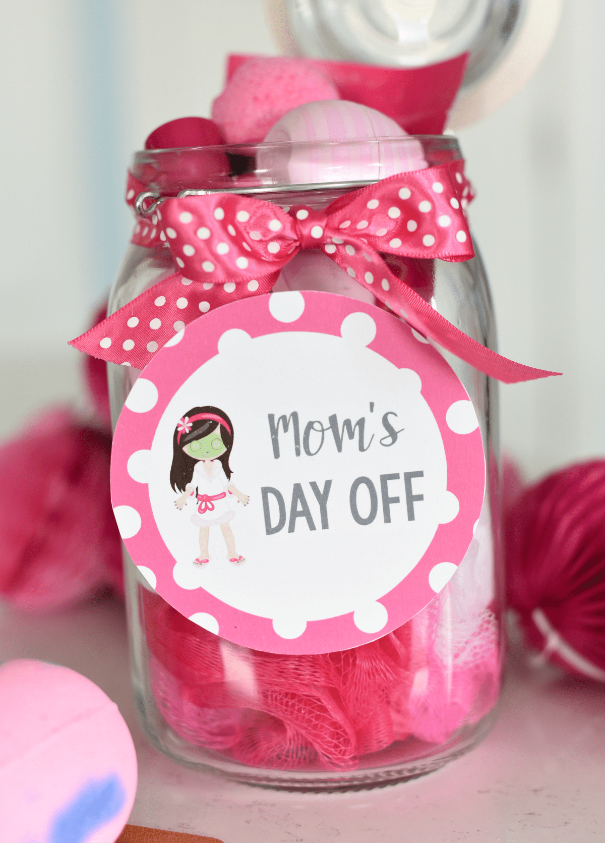 Spa in a Jar-Mother's Day Gift Idea. Fill a jar with bath bombs and lotions, lip balms, face masks and chocolate and add this cute tag for a great gift idea for Mom! #mothersday #mothersdayideas #giftsformom