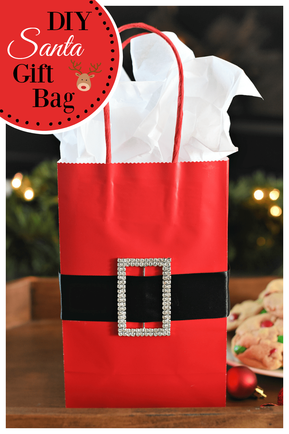 DIY Sant Belt Gift Bag. This fun and simple gift bag is the perfect way to wrap up your Christmas gift. #giftwrap #giftbag #santabag