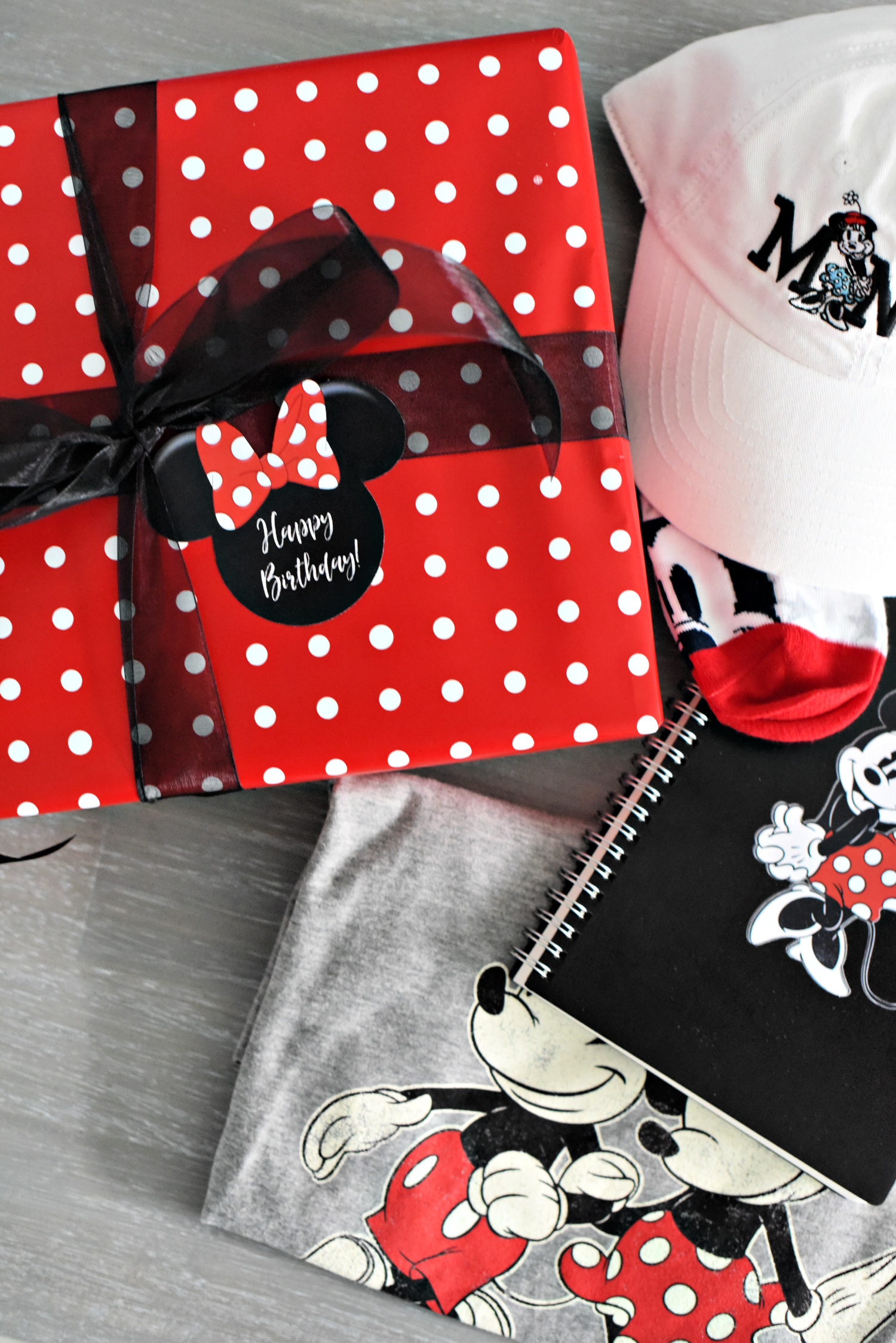 Cute Minnie Mouse Gift for Friends! Got a friend who loves Disney? She will love this Minnie Mouse birthday gift! #minniemouse #birthdaygifts #giftsforfriends #giftideas #disney