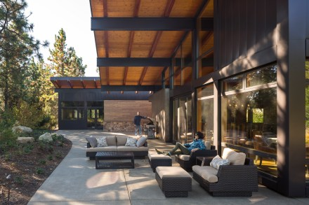 tumble-creek-cabin-steel-beams-overhanging-roof-washington-state-retreat-residential-architecture-countryside-coates-design_dezeen_2364_col_2