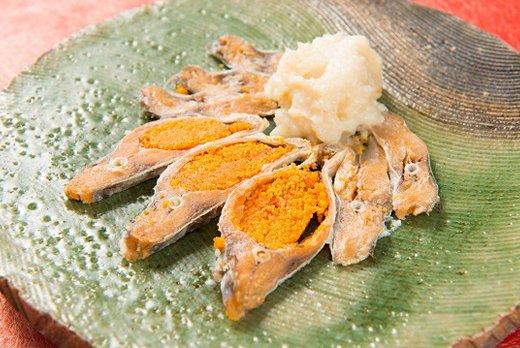 至誠庵のお皿に盛り付けられた鮒寿司の切り身