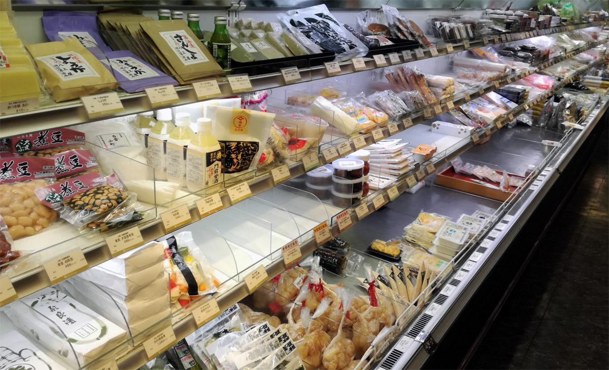 多くの地方の名産品に並んで販売されている鮒寿司
