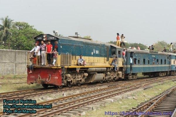 Um comboio muito moderno de chegada a Dhaka