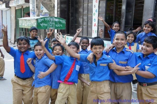 A alegria das crianças, só por ver um estrangeiro
