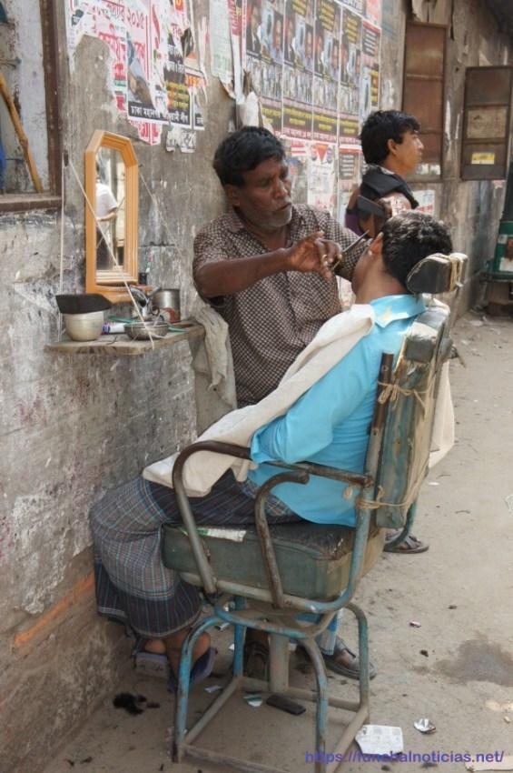 Nas ruas estão instaladas barbearias ao ar livre