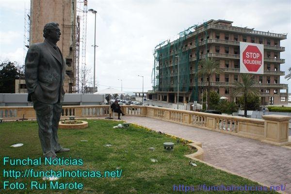 O hotel Saint George parcialmente destruído e agora em recuperação; a praça em frente em homenagem ao ex-primeiro ministro R. Hariri, morto quando uma carga de explosivos foi detonada na passagem da sua comitiva