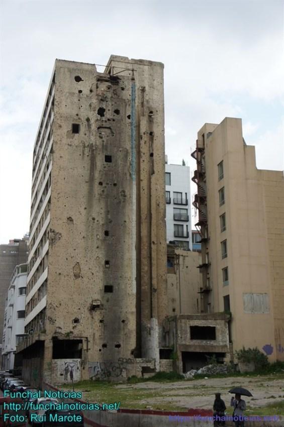 Ao passear pela cidade é comum deparar com vários locais e prédios parcialmente destruidos por bombas