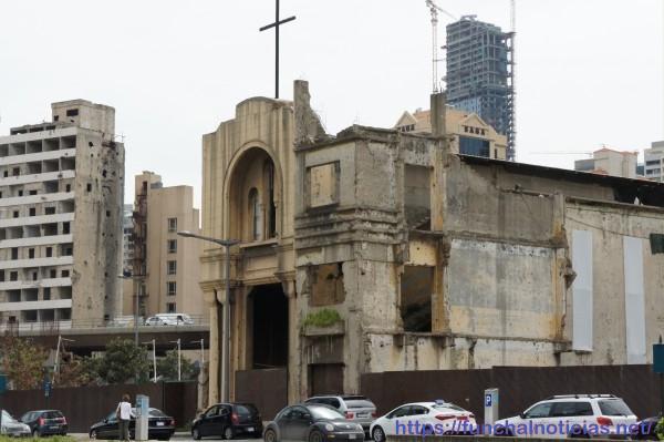 Igreja de São Vicente de Paulo destruída durante a revolução aguarda restauro: ao fundo, um edifício danificado