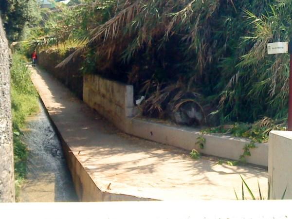 Numa zona de grande frequência de turistas e locais, o ribeiro apresenta más condições ambientais.