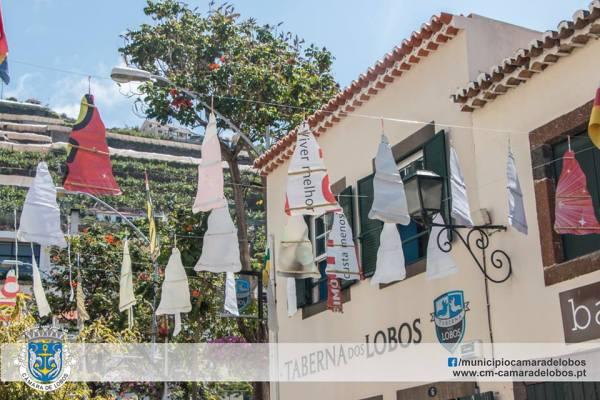 """As decorações de rua a lembrar a """"gata"""", o petisco de eleição em Câmara de Lobos."""