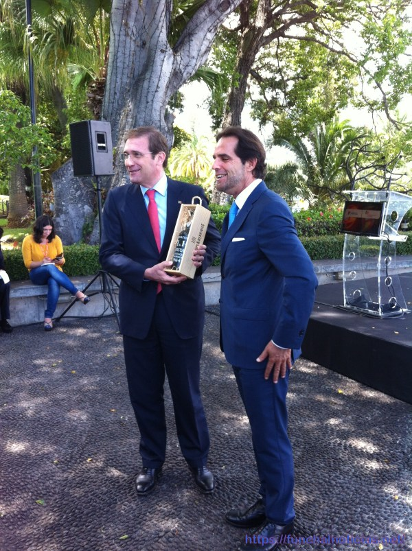 """Miguel Albuquerque ofereceu a Passos Coelho uma garrafa de vinho Madeira datada de 1964, ano em que o primeiro-ministro nasceu. """"Um bom ano"""", afiançou."""