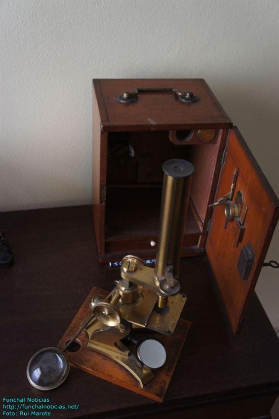 Um microscópio de outros tempos.