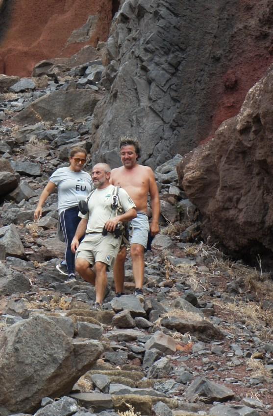 Um guarda do Parque Natural na companhia de biólogos estrangeiros, à chegada após uma visita ao cume da Deserta Grande