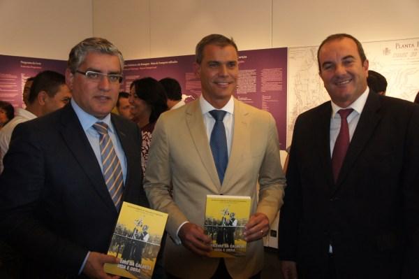 Com o presidente da câmara da Calheta, Carlos Teles, e o secretário da Agricultura, Humberto Vasconcelos, na abertura da exposição sobre a Festa das Vindimas