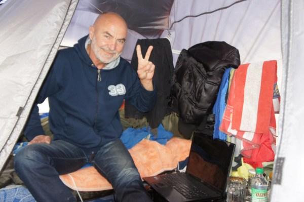 Um activista dentro da sua tenda, junto ao edifício governamental em Chisinau