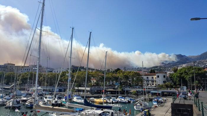 O incêndio visto do cais do Funchal, foto Amílcar Figueira