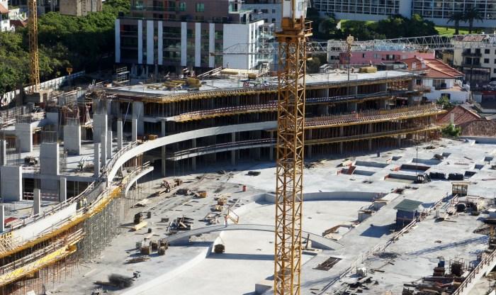 Estrutura do solário concluída e primeiros níveis do hotel. (Foto Rui Marote)