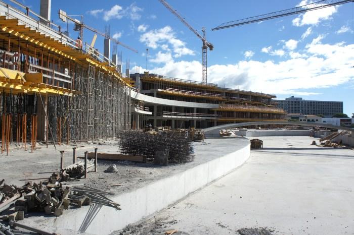 Vista geral da piscina e da construção do lobby central. (Foto Rui Marote)