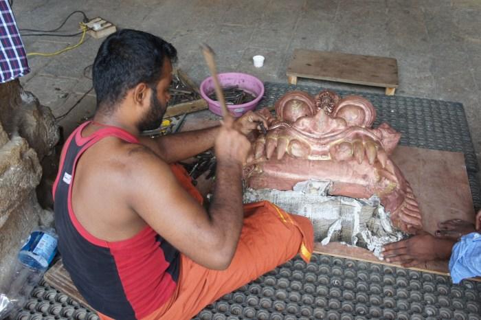 Artesão restaura peças no templo