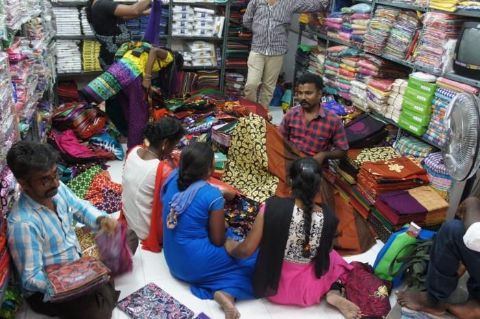 Lojas de tecidos: as clientes sentam-se no chão e são-lhes apresentadas peças de toda a espécie