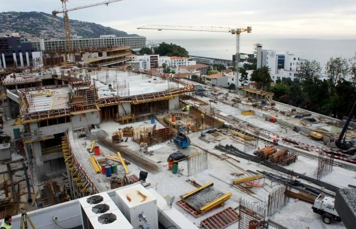 Construção da zona central b- 1º nível dos quartos. (Foto Rui Marote)
