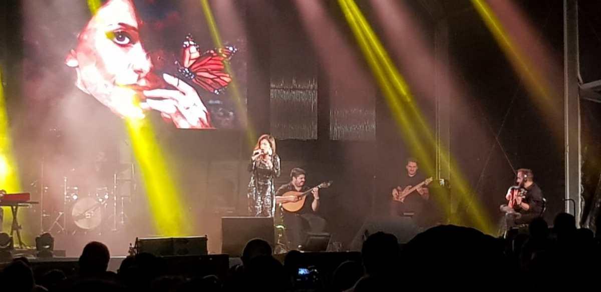 Ana Moura na praia da Calheta cantou sucessos para milhares