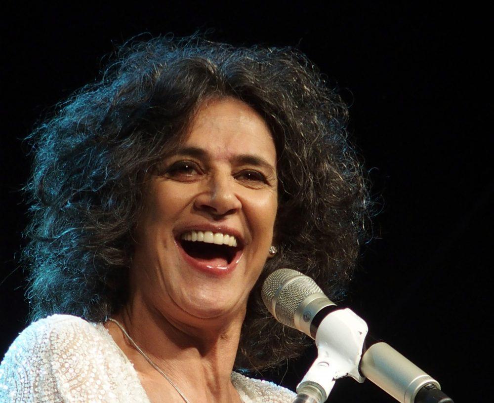 Simone arrebatou a audiência em concerto memorável na Praça do Povo
