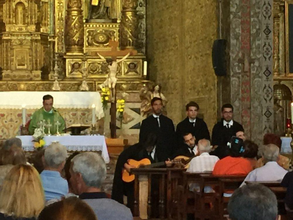 Missa na Igreja do Colégio animada por jovens médicos do Porto que não se querem esvaziar apenas na ciência