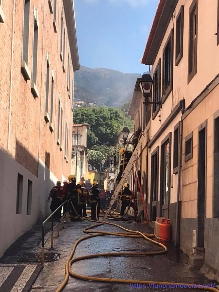 Fogo desloja família na baixa do Funchal