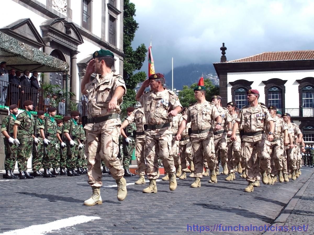 Militares que vão para o Iraque receberam hoje estandarte nacional em cerimónia no Largo do Colégio