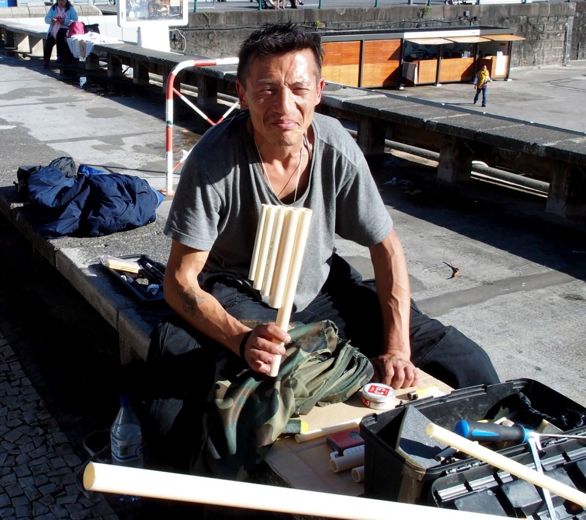 """Chileno passa inverno nas ruas do Funchal, constrói instrumentos musicais para sobreviver e já """"adotou"""" cão para companhia"""