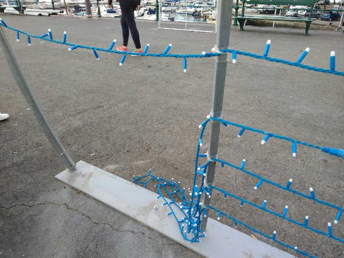 Montagem das luzes de Natal no Cais da Cidade já com vandalismo à mistura