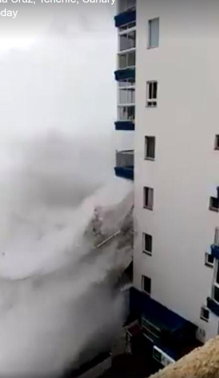 Veja o mar a destruir varandas na Playa de la Cruz, Tenerife, Canárias [vídeo]