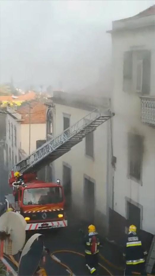 Fogo em casa em Santo António começou pelas 18h00, idosa teve de ser evacuada [vídeo]