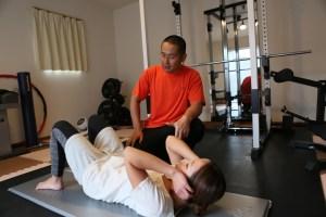 パーソナルトレーニングで腹筋をする女性