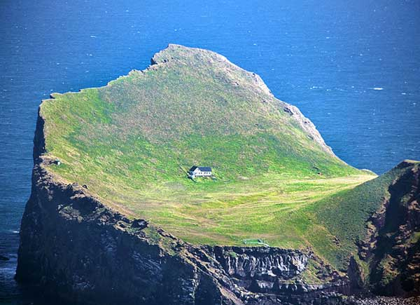 top-7-most-secluded-homes-in-world-The-House-in-the-Island-of-Ellioaey