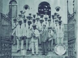 Lira Varginhense (década de 1960) Escadaria da entrada da antiga Igreja Matriz A banda esteve presente nos grandes momentos sociais, políticos e religiosos de Varginha, tocando dobrados, marchas, mazurcas e polcas. À frente dos músicos, o maestro Romualdo de Oliveira.