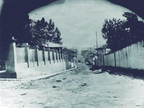 Rua Wenceslau Braz – 1913 Era conhecida como Rua da Chapada (nome usado geralmente para terrenos com extensas superfícies planas) e depois Rua de São Pedro. Passou a ser denominada Wenceslau Braz, a partir de 1914, quando veio à Varginha o vice-presidente da república naquele ano para inaugurar a luz elétrica.