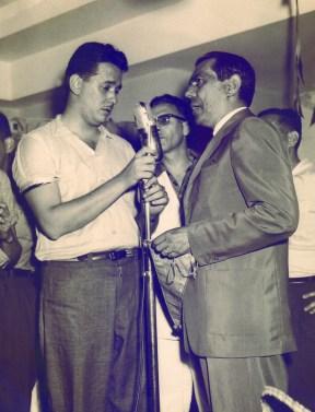 """Jornalista Armando Nogueira (de terno) – década de 1940 Foi um dos fundadores da Radio Clube de Varginha em 1941 e redator do """"Programa Varginha em Foco"""" durante décadas. A rádio teve uma enorme audiência na região, principalmente quando ainda não havia sido inaugurada a televisão e, mesmo depois, continuou a ser o principal veículo de comunicação. Na sua programação destacavam-se os programas de auditório e as radionovelas. Lá se apresentaram vários artistas brasileiros, entre eles, Cauby Peixoto e Emilinha Borba."""