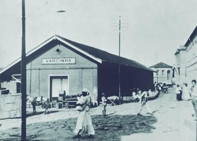 Estação Ferroviária – década de 1930 Nesta época, a pequena estação já recebia muitos passageiros e cargas. Não havia espaço suficiente para acomodar os engradados de mercadorias e vendedores ambulantes eram comuns em torno do local. Com pouca infraestrutura, os moradores começaram a reclamar. Assim, os políticos da época contataram o governo estadual para que ajudasse financeiramente na construção de uma nova estação ferroviária, que seria então inaugurada em 1934.