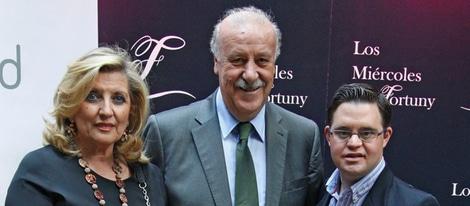 Vicente del Bosque, su mujer y su hijo Álvaro en una exposición de la Fundación Síndrome de Down. Fuente: bekia.es